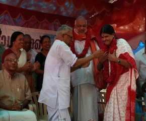 VS Achuthanandan Felicitating Sudha Sundararaman in Kerala