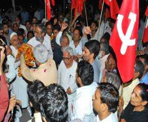 Prakash Karat Being Welcomed at the Delhi border