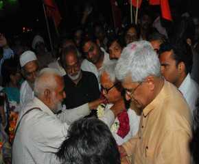 Biman Basu Being Felicitated at the Delhi Border