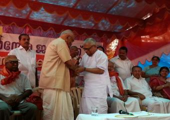 V.S Achuthanandan Felicitating SRP After the Jatha Reaches Kerala